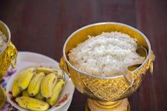 Рис в старом шаре для предлагая милостынь к монахам Стоковое фото RF