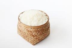 Рис в weave корзины на белой предпосылке Стоковая Фотография
