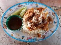 Рис жареной курицы, свежие овощи и окуная соус стоковое изображение rf