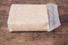 Рис жасмина коричневый в полиэтиленовом пакете вакуума Стоковое фото RF