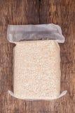 Рис жасмина коричневый в полиэтиленовом пакете вакуума Стоковые Изображения