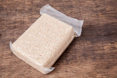 Рис жасмина коричневый в полиэтиленовом пакете вакуума Стоковое Изображение RF