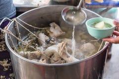 Рис испаренный с куриным супом на еде улицы Стоковое Фото