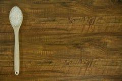 Рис и деревянная ложка на левой стороне таблицы Стоковая Фотография RF