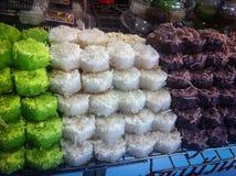 Рис и кокос /sticky цвета /green тайского сладостного десерта белые коричневые Стоковое фото RF