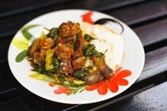 Рис и stir-зажаренные кудрявые свинина и базилик покрыли с яичницей Стоковое Изображение RF