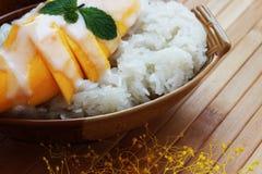 Рис манго липкий положен в деревянный контейнер помещенный на коричневом цвете Стоковое Изображение