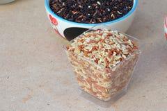 Рис на деревянной таблице Стоковая Фотография