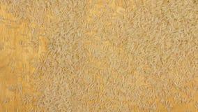 Рис падая на деревянную предпосылку акции видеоматериалы