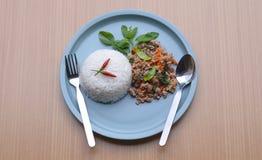 Рис покрытый с stir-зажаренными свининой и базиликом стоковое фото rf