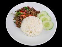 Рис покрытый с stir зажарил горячий и пряный свинину при базилик изолированный на черной предпосылке с путем клиппирования Стоковые Изображения RF