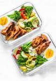 Рис, потушенные овощи, яичко, цыпленок teriyaki - здоровая сбалансированная коробка для завтрака на светлой предпосылке стоковое фото