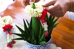 Рис предлагая, лист конца-вверх ручной работы банана, Таиланд Стоковое фото RF