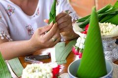Рис предлагая, лист конца-вверх ручной работы банана, Таиланд Стоковое Изображение