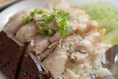 Рис риса цыпленка Hainanese гурмана Тайской кухни испаренный с куриным супом стоковые изображения
