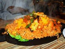 Рис сваренный с цыпленком, копченой сосиской стоковые изображения rf