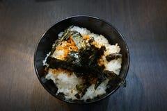Рис с блюдом морской водоросли на деревянном стоковые изображения