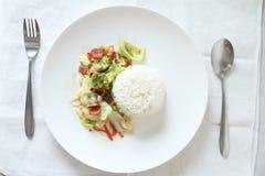 Рис с зажаренными капустой и беконом Стоковое Фото