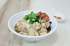 Рис с испаренным цыпленком и сосиска на плите Стоковое Изображение