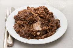 Рис с кроликом на блюде на деревянной предпосылке Стоковые Фото