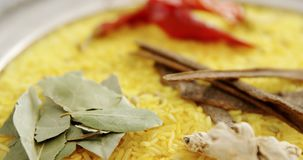Рис с лист залива, чесноком, высушил перец красного chili, имбирь и циннамон в плите 4k сток-видео