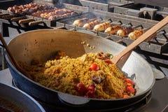Рис с мясом и овощами в большом vat На заднем плане Стоковые Фото