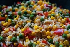 Рис с овощами в лотке Сладостная мозоль, красный болгарский перец, зеленые горохи Стоковая Фотография RF