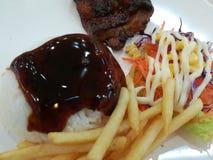 Рис с помадкой источника и увольнянный цыпленок Стоковое Фото