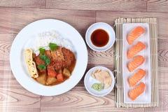 Рис с свининой покрыл японские желтые суши карри и семг Стоковое Изображение RF
