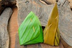Рис тайского десерта липкий обернутый в лист банана на деревянной предпосылке Стоковое Изображение RF