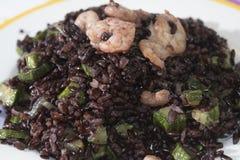 Рис черноты Венеры с креветками и courgettes Стоковое фото RF
