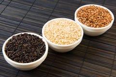 Рис черноты, красных и белых unpolished на циновке соломы стоковое изображение rf