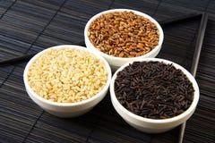 Рис черноты, красных и белых unpolished на циновке соломы стоковая фотография
