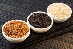 Рис черноты, красных и белых unpolished на циновке соломы стоковое изображение