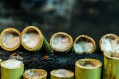 Рис Khao Laam липкий зажарил в духовке с молоком кокоса в бамбуковом соединении стоковое фото rf
