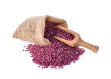 Рис Riceberry в мешке и деревянной ложке на белизне Стоковое Изображение RF