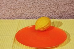 Ритуальный плодоовощ - цитрон на оранжевой плите Стоковое фото RF