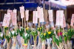 Ритуал фестиваля Tan Kuay Salak северный тайский который люди передадут продтовар и ценные вещам к виску и монахам Стоковая Фотография