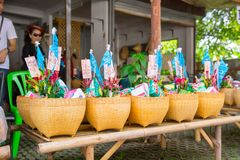 Ритуал фестиваля Tan Kuay Salak северный тайский который люди передадут продтовар и ценные вещам к виску и монахам Стоковое фото RF