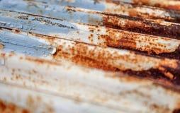 Рифленый металл с патиной коричневого цвета, ржавчиной, голубой, и белой стоковое фото rf