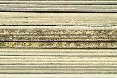 Рифлёный шифер лежит в куче, текстуре предпосылки взгляда со стороны шифера стоковое изображение rf