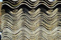 Рифлёный шифер лежит в куче, текстуре предпосылки взгляда со стороны шифера стоковые фото