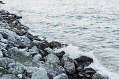 Риф камня grunge утеса на море стоил Стоковая Фотография RF