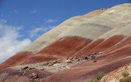 Риф капитолия, центральная Юта, США Взгляд от дороги к большому красному и желтому холму глины с красивыми облаками в голубом неб Стоковое Изображение RF