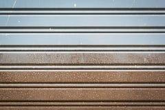 Рифлёная дверь скольжения металлического листа Стоковые Фотографии RF