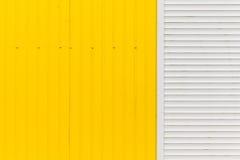 Рифлёная текстура стены желтого металла Стоковое Фото