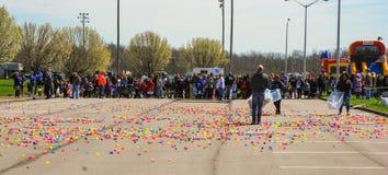 Ричмонд, KY США - 31-ое марта 2018 - пасха Eggstravaganza - дети line up как яичка распространенные взрослыми вне пластичные преж стоковые изображения