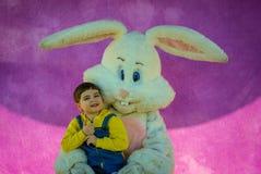 Ричмонд, KY США - 31-ое марта 2018 - пасха Eggstravaganza - мальчик представляет с характером зайчика пасхи для фото, Стоковое Изображение