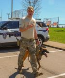 Ричмонд, KY США - 31-ое марта 2018 - пасха Eggstravaganza офицер K9 демонстрирует собачьи методы и учебные упражнени стоковая фотография
