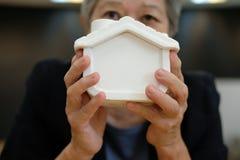 риэлтор держа модель дома агент недвижимости показывая свойство стоковая фотография